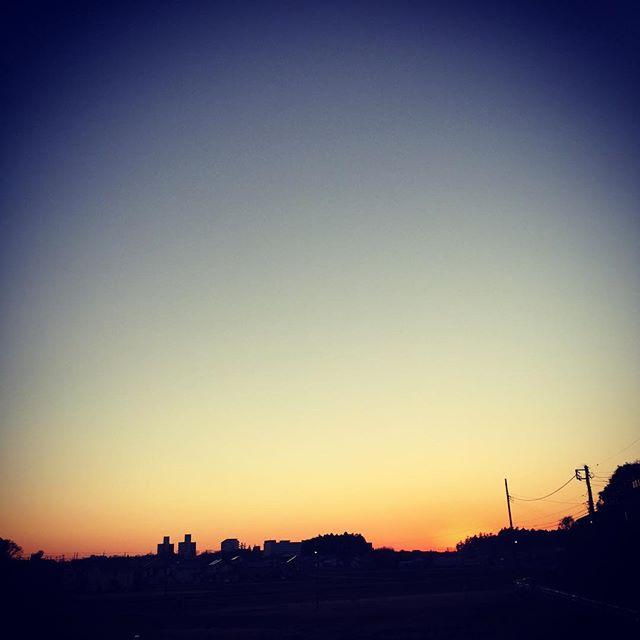 今年も終わりますね。息子と散歩しながら、綺麗な夕焼けを見てしみじみ。#夕焼け #sunset