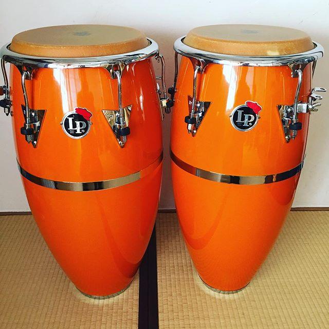 お気に入りの、#lp #patato モデル、限定カラーのオレンジメッキ部分がくすんできてたので、リムを外して磨く。ついでにチューニング部のグリスアップも。こういう楽器のメンテナンスが楽しい♪#conga #tumbadoras #percussion