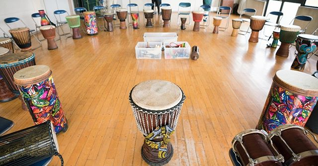 日曜日は伊奈特別支援学校・藤代地区の皆さんとドラムサークルをやってきました!色んな楽器に興味津々、夢中になってあっという間の1時間でした♪簡単に多彩な音が出てコミュニケーションがとれる、太鼓やパーカッションは本当に素晴らしいなと改めて実感。そんなドラムサークルを、毎月1回つくば市竹園交流センターで開催しています! 次回は今週末の9/17(日)10:30〜11:45です!参加費は大人1000円、小学生以上500円、未就学児無料 年齢性別、音楽経験や障害の有無も問いません!正解や間違い、決まり事も一切無し♪大人も子どもも自由に叩いて、皆で楽しみましょうまだまだ参加申し込みお待ちしています! #drumcircle #djembe #tubano #percussion #パーカッション #ドラムサークル #tsukuba #つくば #ibaraki #茨城